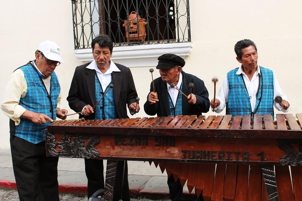 Straßenmusiker in den Straßen von Antigua in Guatemala